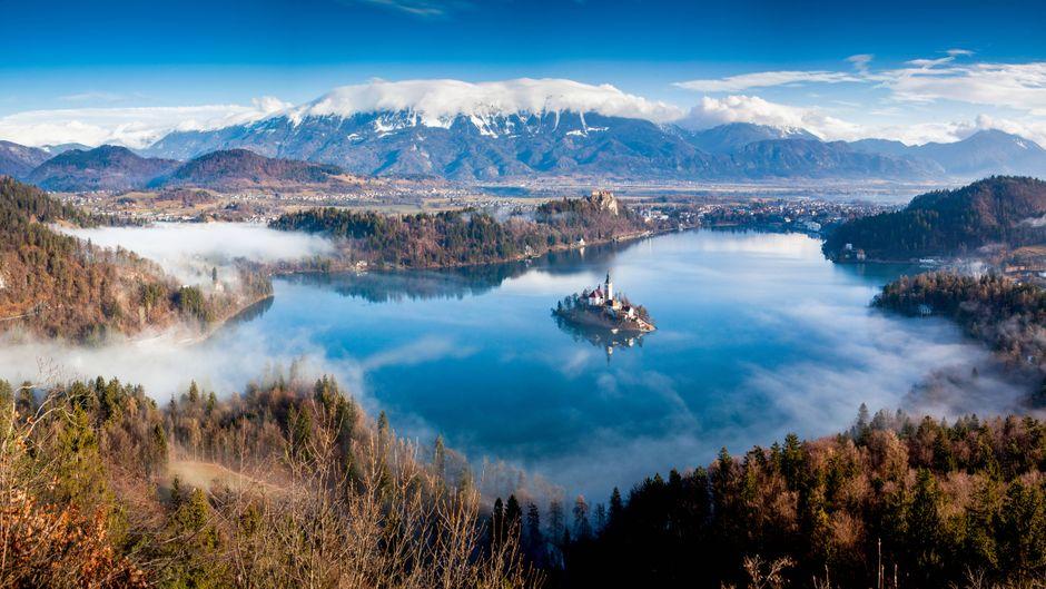 Der Bleder See mit der Kirche auf einer Insel in der Mitte in Slowenien.