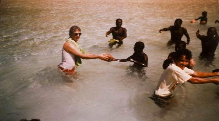 Triloknath Pandit (links) war der erste Forscher, der North Sentinel Island besuchte. Er überlebte und hatte sogar freundschaftlichen Kontakt mit dem Volk.