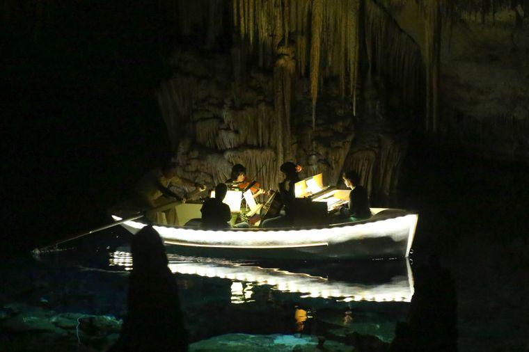 Bei einer Bootsfahrt durch die Cuevas del Drach wirst du nicht nur von den Stalagmiten und Stalaktiten verzaubert, sondern auch von klassischer Musik. Die Musiker spielen dabei ebenfalls von einem Boot aus!