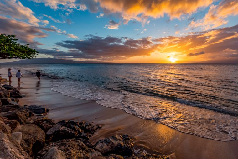Ruhige Stimmung bei Sonnenuntergang am Ka'anapali Beach auf Maui in Hawaii.