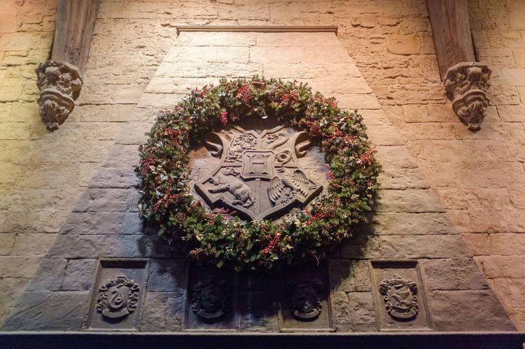 Das Wappen von Hogwarts, feierlich geschmückt, in den Warner Brothers Studios, London