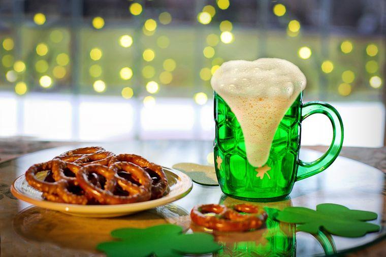 Grünes Bier und salzige Brezel am St. Patrick´s Day in Irland.