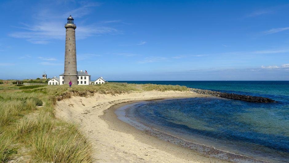 Ein Grauer Leuchtturm in Skagen – einem schönen Küstenort in Dänemark.