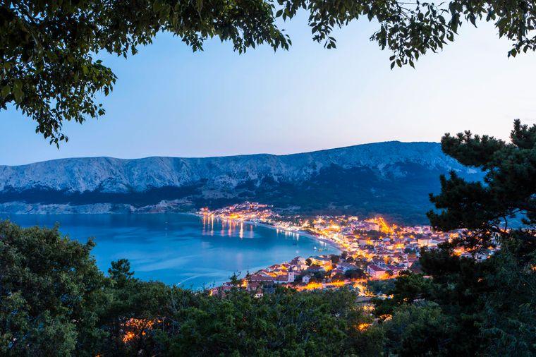 Blaues Wunder: Blick auf die Stadt Baska in der Kvarner-Bucht.