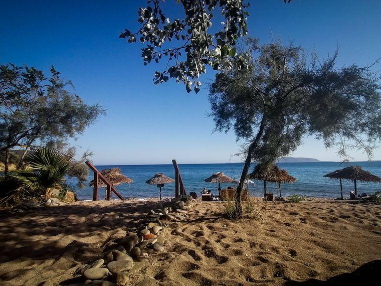 Finikous ist ein griechischer Hafen- und Badeort, in dessen näherer Umgebung eine Reihe von Sandstränden Urlauber anziehen.