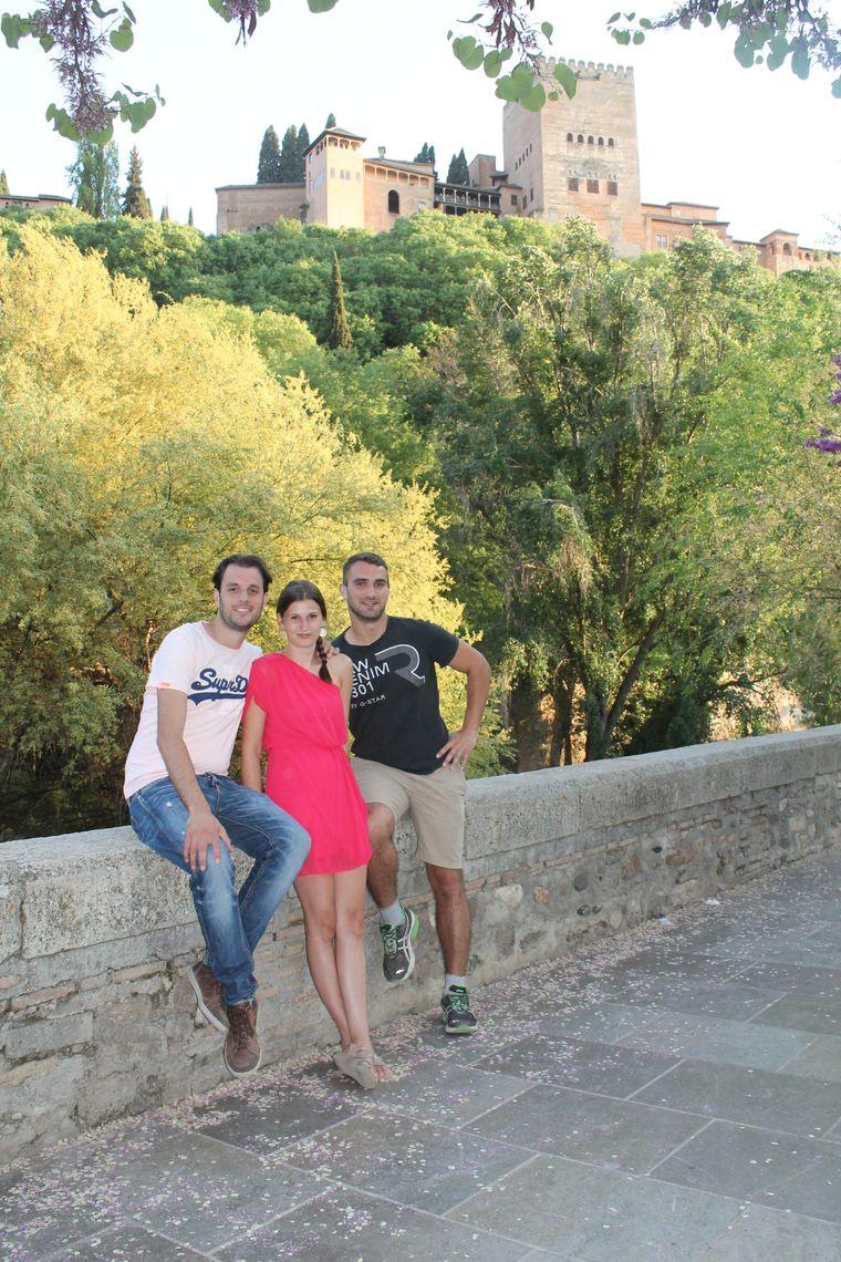 Flemming (ganz rechts) mit seiner Freundin und einem spanischen Freund vor der Alhambra in Granada.