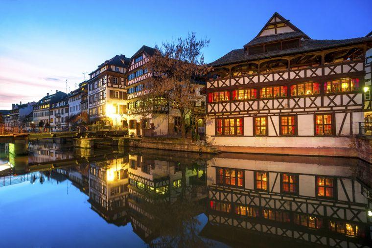 La Petite France ist ein historisches Viertel in Straßburg, durch das sich der Fluss Ill schlängelt.