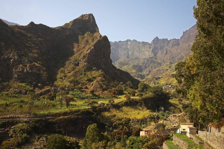 Blick ins Tal zwischen den Bergen auf Santo Antao, Kapverden.