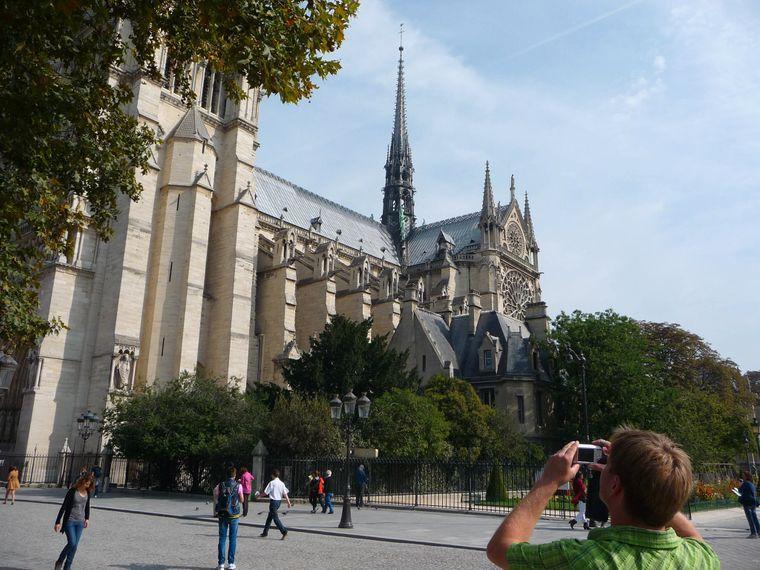 Facebooknutzer Hau Ke hat uns ein Foto geschickt, auf dem er beim Fotografieren der Notre-Dame zu sehen ist.
