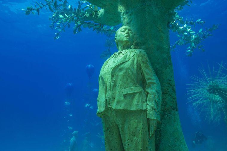 Das Museum für Unterwasserskulptur, kurz MUSAN, im Mittelmeer vor der Küste von Ayia Napa – hier kann man sich prima hinter den Baumriesen verstecken.