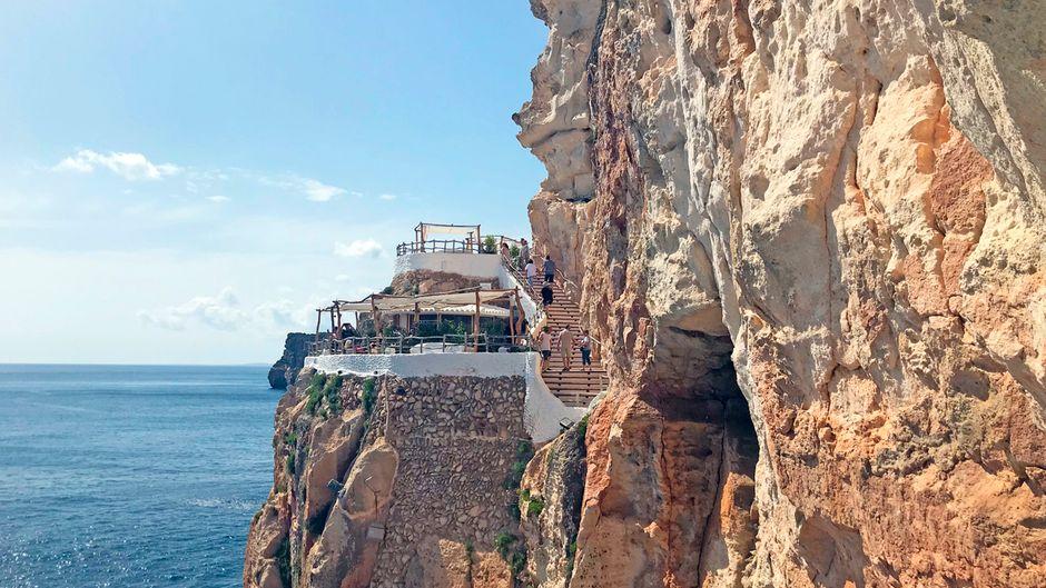 Die Bar Cova d'en Xoroi liegt auf der Balearen-Insel Menorca in einer Höhle.