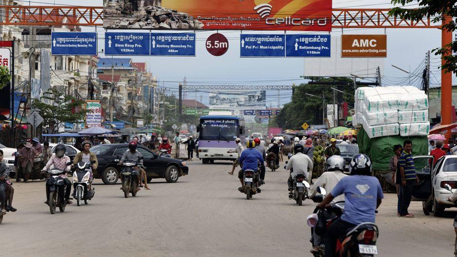 Landstraße bei Poi Pet in Kambodscha, unmittelbar hinter der Grenze nach Thailand.