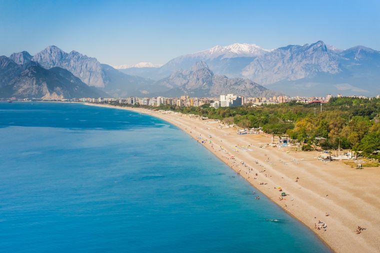 Der Konyaalti Beach ist der Hauptstrand des Badeortes Antalya an der Türkischen Riviera.