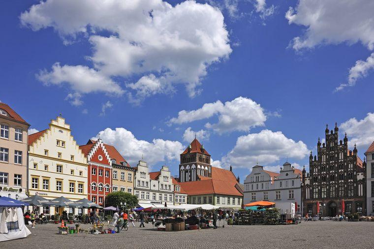 Der Marktplatz von Greifswald mit den alten Giebelhäusern ist wunderschön.