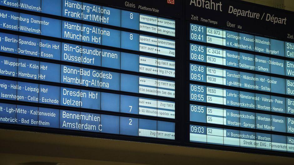 Anzeige am Bahnhof Hannover zeigt verspätete und entfallene Züge.