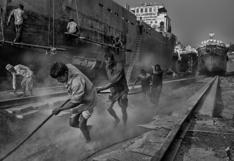 Arbeiter am größten Schiffsfriedhof der Welt, dem Slum Char Kaliqani in Dhaka, Bangladesch.