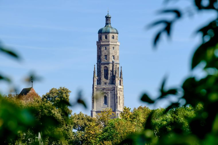 Schon vom Weiten sehen alle, die in Richtung Nördlingen fahren, den Daniel, einen riesigen Kirchturm, der als Wahrzeichen der Stadt gilt.