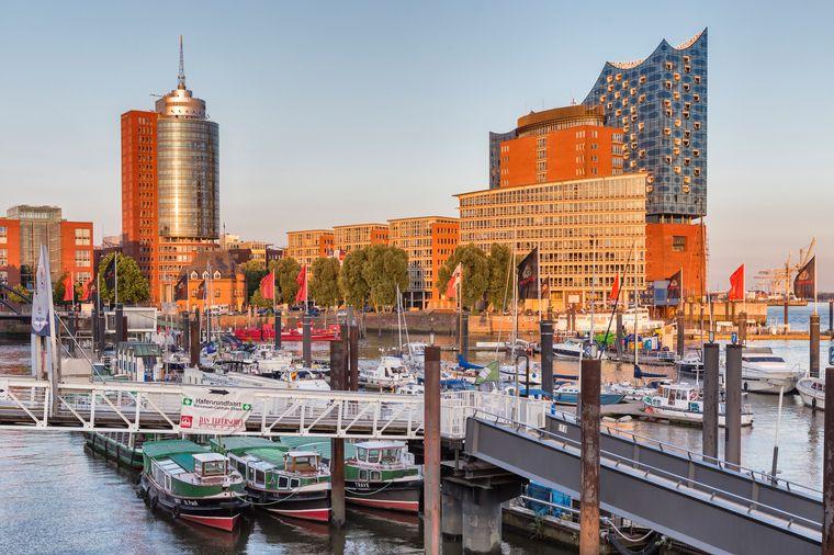 Die Elbphilharmonie im Hintergrund der HafenCity in Hamburg.