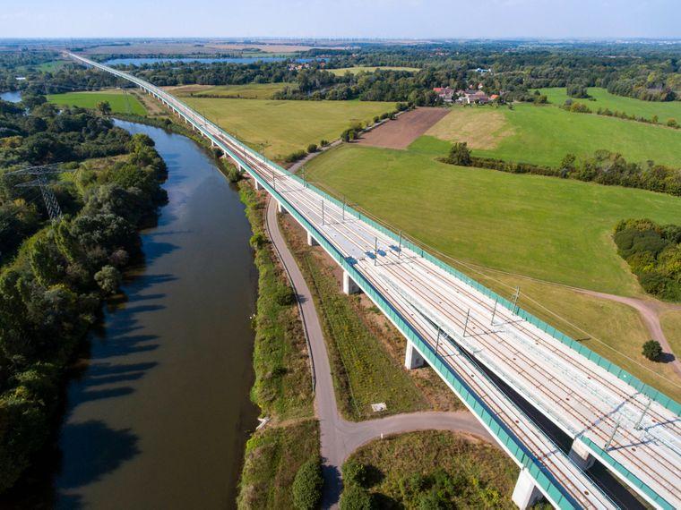 Die beeindruckende Saale-Elster-Talbrücke bei Halle.