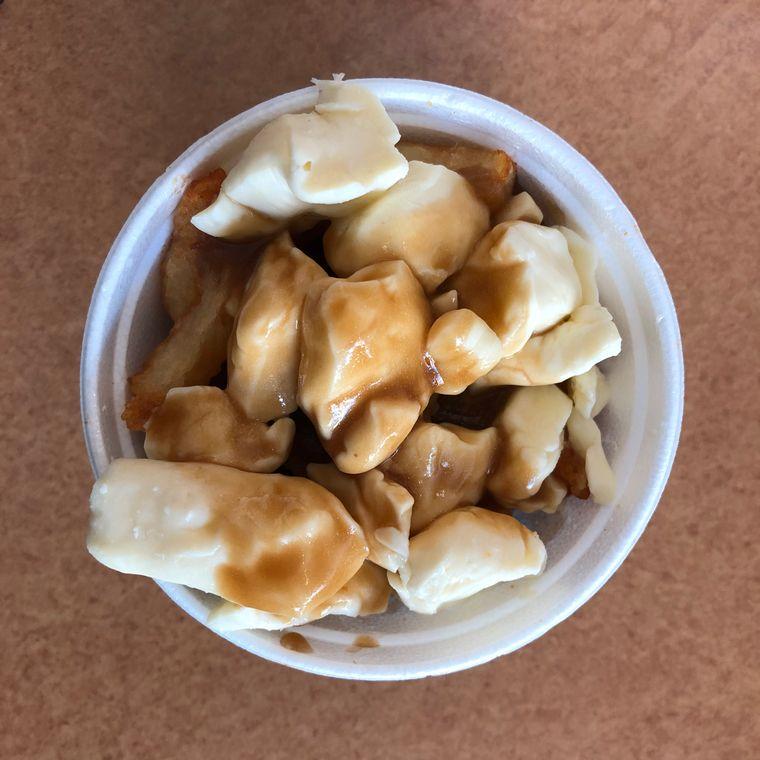 Poutine ist ein kanadisches Nationalgericht. Sie besteht traditionell aus Pommes frites, Käsebruch und Bratensoße und ist ein beliebtes Kateressen nach durchzechten Nächten.