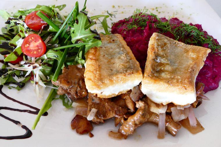 Der exquisit gebratene Zander auf Pfifferlingen mit Rote-Beete-Kartoffelstampf ist ein Genuss.