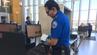 Bei einem Testlauf kontrolliert ein Sicherheitsmitarbeiter an einem amerikanischen Flughafen das Handgepäck eines Fluggastes.