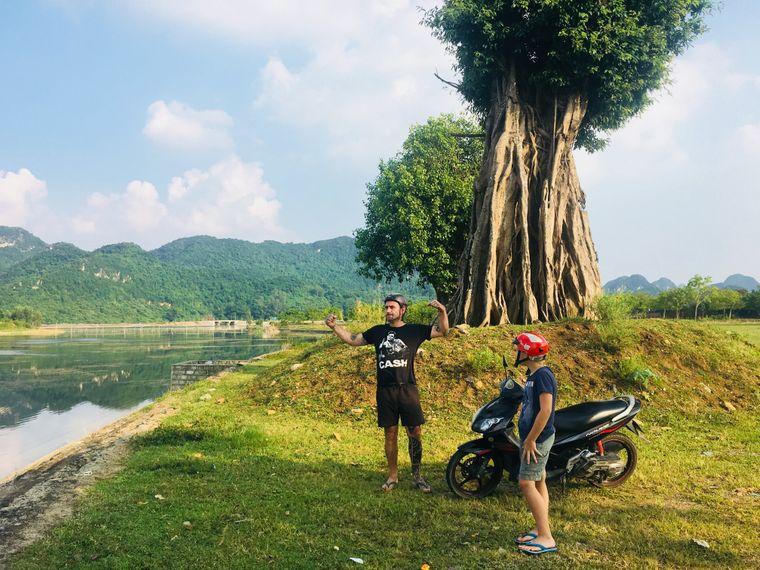 Papa und Sohn erkunden mit den Rollern die Umgebung des neuen Zuhauses in Vietnam.