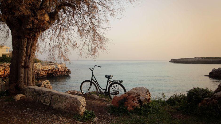 Fahrrad an der Küste von Mallorca bei Cala Morlada