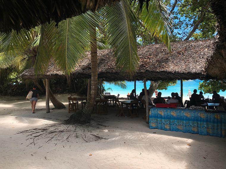 An vielen Orten auf den Seychellen gibt es landestypische Restaurants, die kreolische Küche servieren – natürlich auch am Strand.