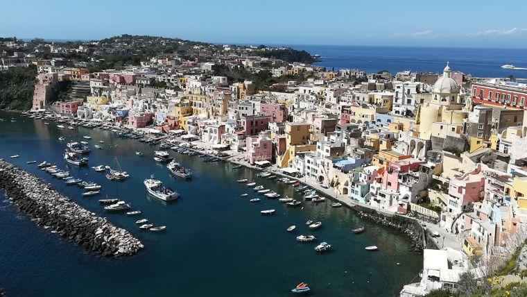 Procida ist in Deutschland noch weitestgehend unbekannt – in Italien ist sie als eine der am dichtesten besiedelten Mittelmeerinseln jedem ein Begriff.