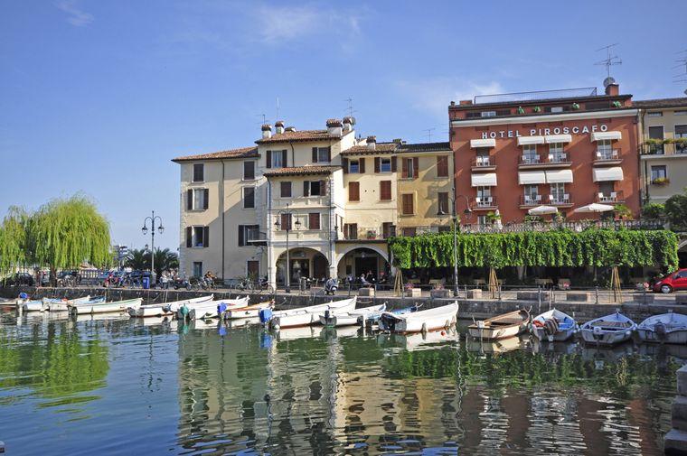 Desenzano ist der größte Ort am Gardasee in Italien.