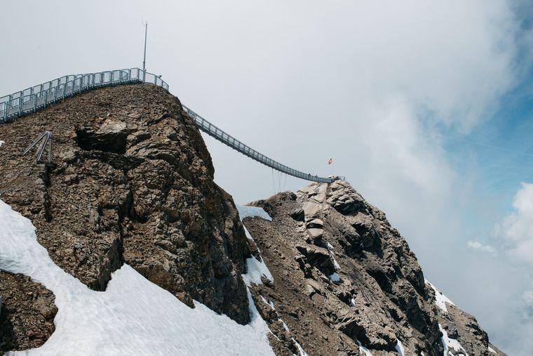 """Hängebrücke """"Peak Walk"""" in den Schweizer Alpen."""