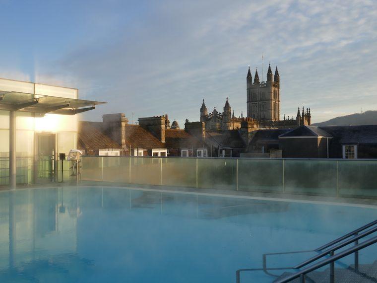 Thermae Bath Spa – Rooftop-Pool mit Abbey im Hintergrund.