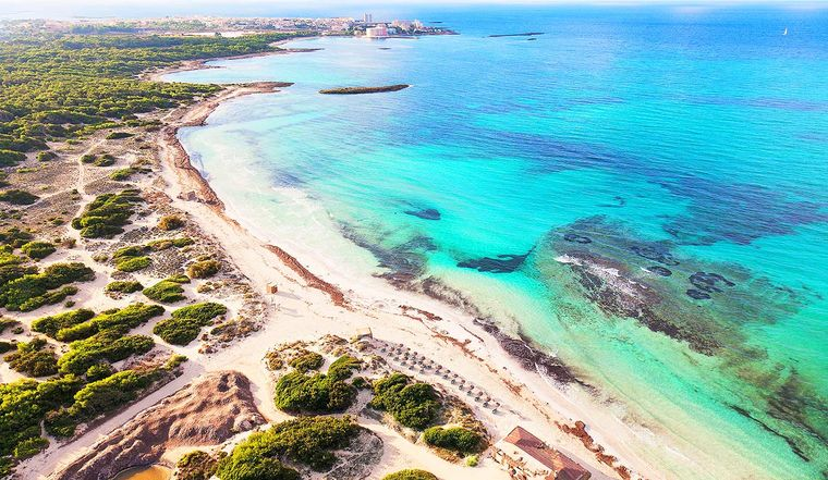 Der Platja es Trenc ist der längste Naturstrand Mallorcas. Er hat besonders hellen Sand und türkisfarbenes Wasser.