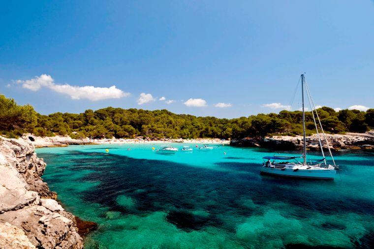 Die Cala Turqueta im Süden von Menorca bezaubert mit kristallklarem Wasser, das in allen nur denkbaren Türkistönen leuchtet.
