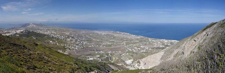 Der Profitis Iliasist 586 Meter hoch und bietet von seiner Spitze aus den besten Ausblick auf Santorin.