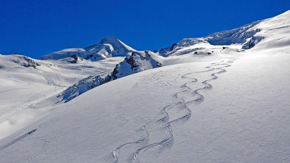 Skispuren im Schnee bei Saas-Fee im Schweizer Kanton Wallis.