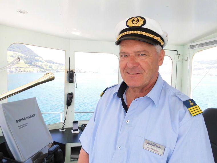 """Kapitän Beat Kallenbach ist mit dem Dampfschiff """"Uri"""" auf dem Vierwaldstätter See unterwegs. Er hatte schon Prominente wie die ehemaligen deutschen Bundespräsidenten Roman Herzog und Christian Wulff an Bord."""