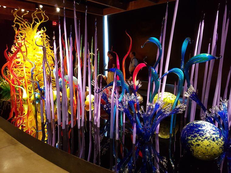 Chihuly lässt seine Werke von 90 unterschiedlichen Künstlern anfertigen – stets unter seiner Anleitung.
