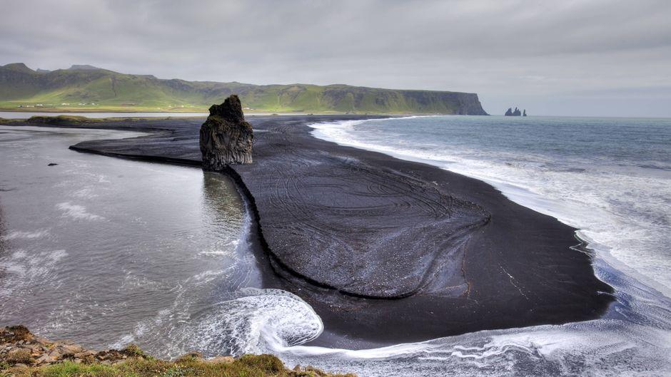 Schwarzer Strand auf der Halbinsel Dyrhólaey auf Island