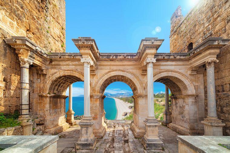 Das Hadrians Gate steht an der Grenze der Altstadt Kaleici.