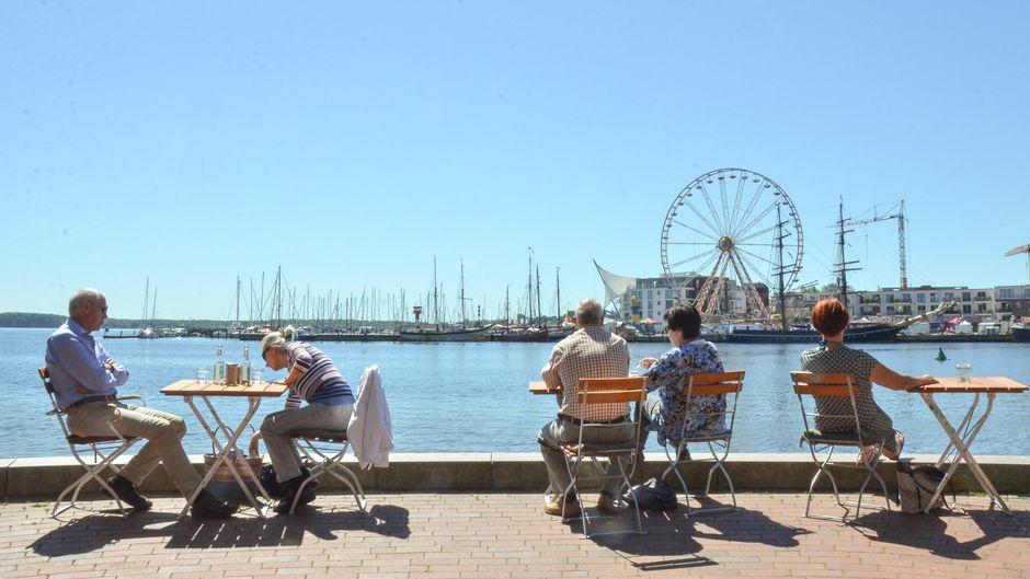 """Der Logenplatz der """"Natur KostBar"""" an der Wasserkante hat Hafenblick und Sicht auf die gesamte Bucht von Eckernförde."""