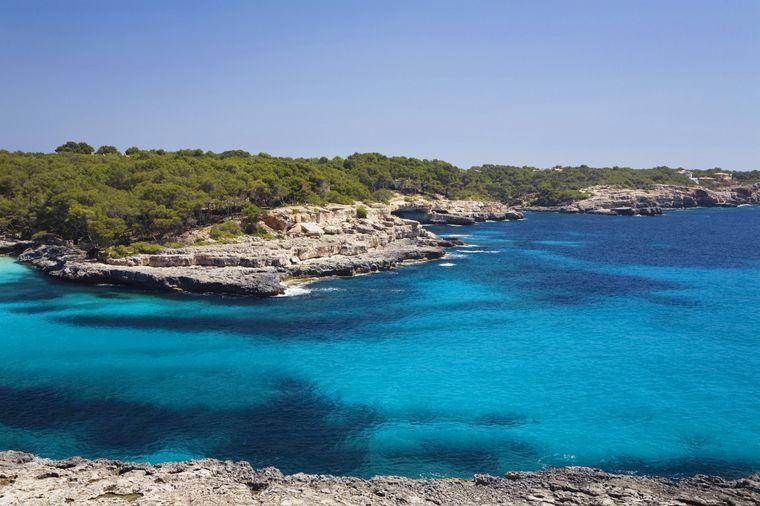 Bei einer Wanderung oder Radtour durch den Parc natural de Mondragó stößt du auf die Bucht Cala Mondragó mit ihrem türkisblauen, klaren Wasser und den schroffen Felsen.