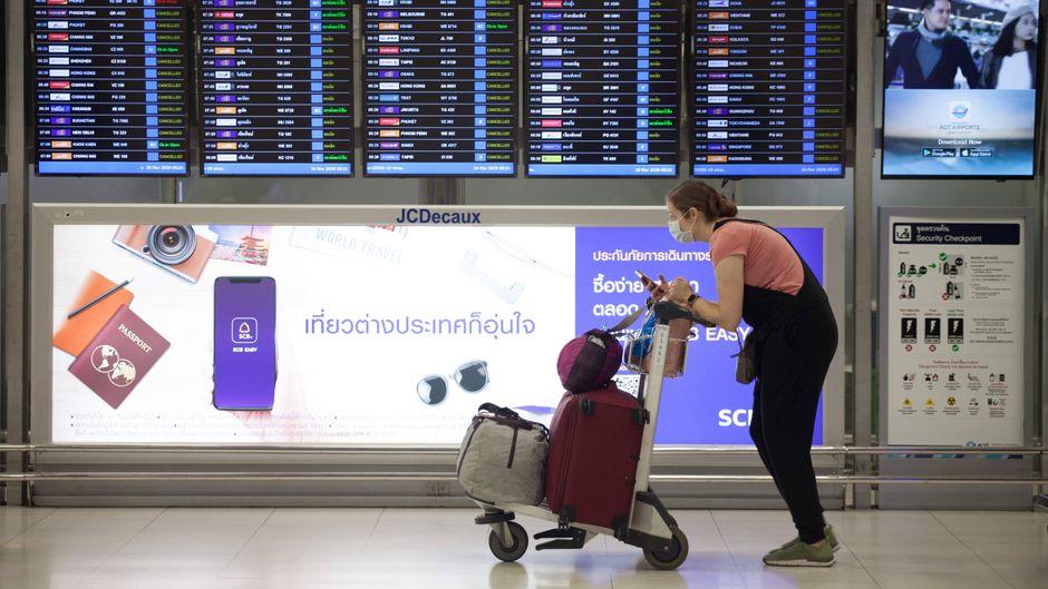 Eine Reisende mit Gesichtsmaske am Flughafen von Bangkok. (Symbolbild)
