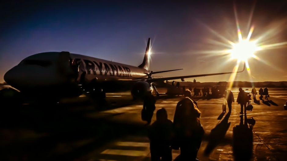 Passagiere auf dem Weg in die Ryanair-Maschine.