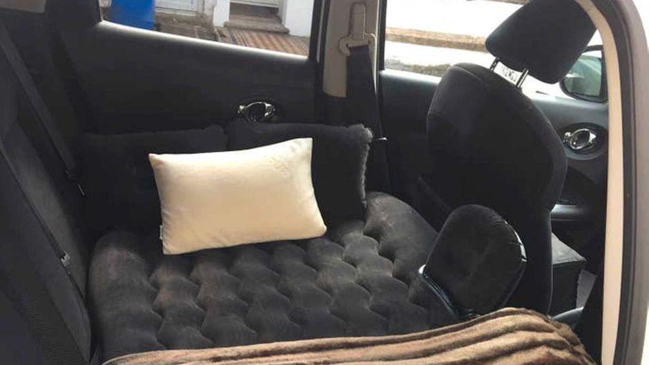 Süße Träume: Eine Übernachtung auf dieser Luftmatratze auf einer Auto-Rückbank kostet neun Euro.