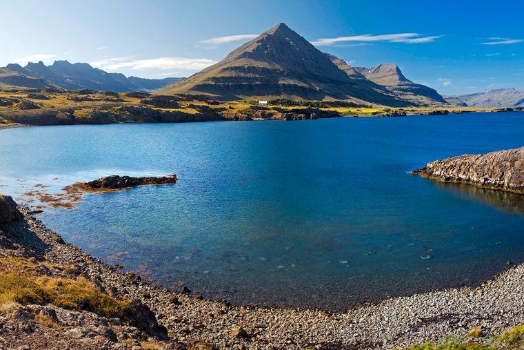 Spektakulär – dieses Wort beschreibt Island ziemlich treffend. Der nordische Inselstaat beeindruckt durch Vulkane, Geysire, Lavafelder und Thermalquellen. Schutzgebiete für die riesigen Gletscher sind der Vatnajökull- und der Snæfellsjökull-Nationalpark. Ein Großteil der Bevölkerung lebt in der Hauptstadt Reykjavik.