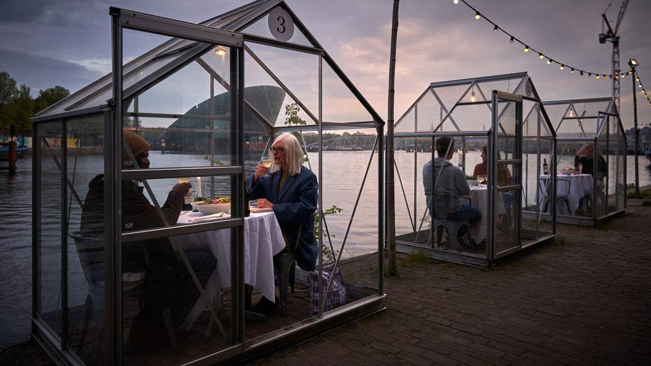 Dass ein gemeinsames Essen trotz Social Distancing möglich ist, zeigt ein Restaurant in Amsterdam.