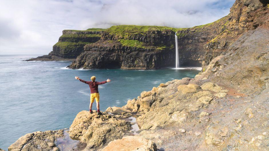 In Dänemark gibt es einige schöne Wasserfälle. Einer der schönsten ist der Múlafossur-Wasserfall in Gasadalur auf den Färöern.