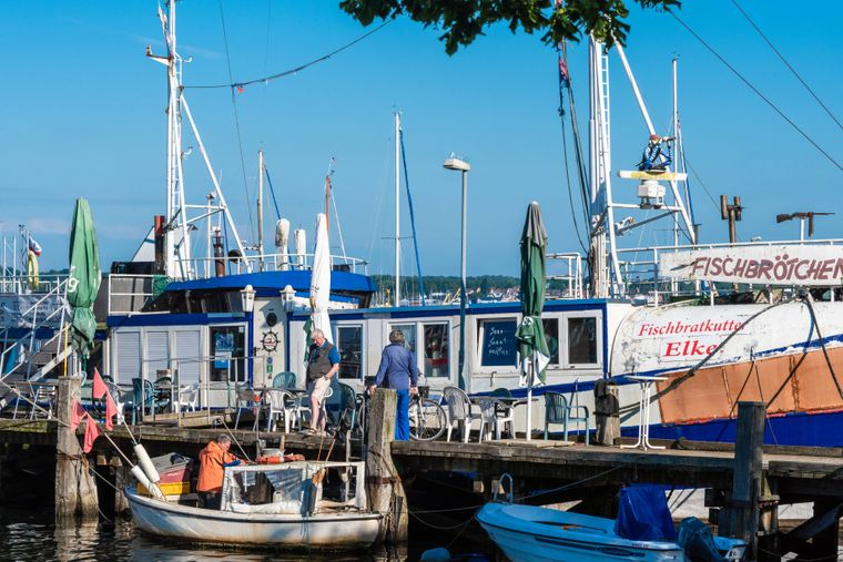 An den Häfen und Küsten bieten Fischer ihre Waren frisch zum Kauf an.